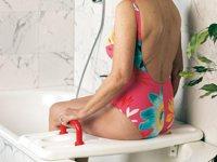 Seniorin auf Badewannensitz